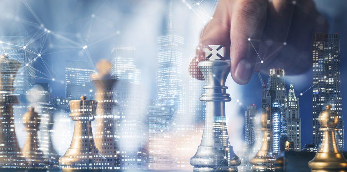 Online Marketing Strategie Mann spielt Schach